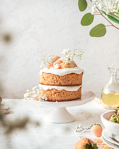Styling simple cakes with flowers